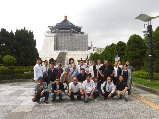 中正記念堂前にて記念撮影